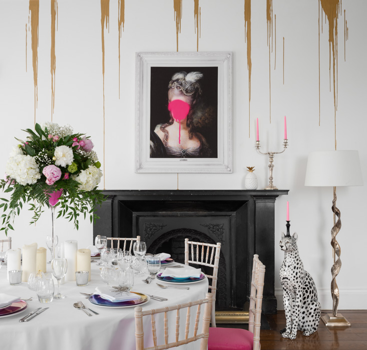 dinning room with gold drip wallpaper